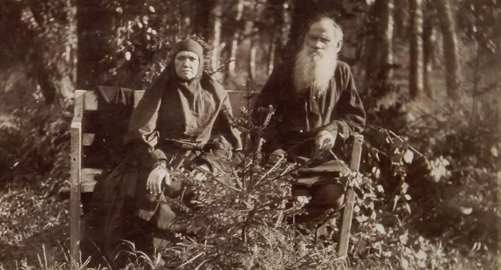 5. Лев Николаевич Толстой с сестрой монахиней Марией в Шамордино.jpg